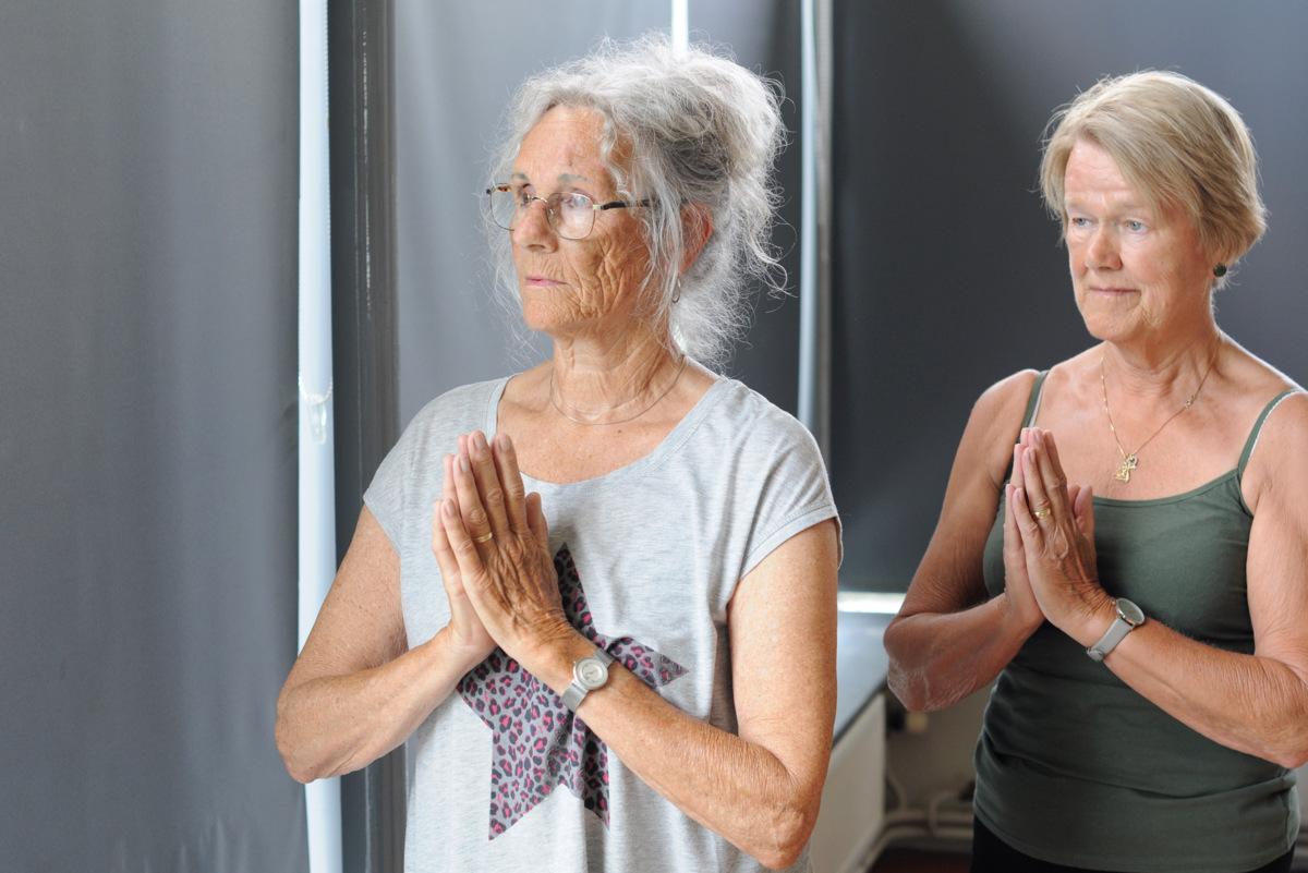 Yoga voor ouderen in de Wielewaal in Alphen aan den Rijn, namasté / anjali mudra