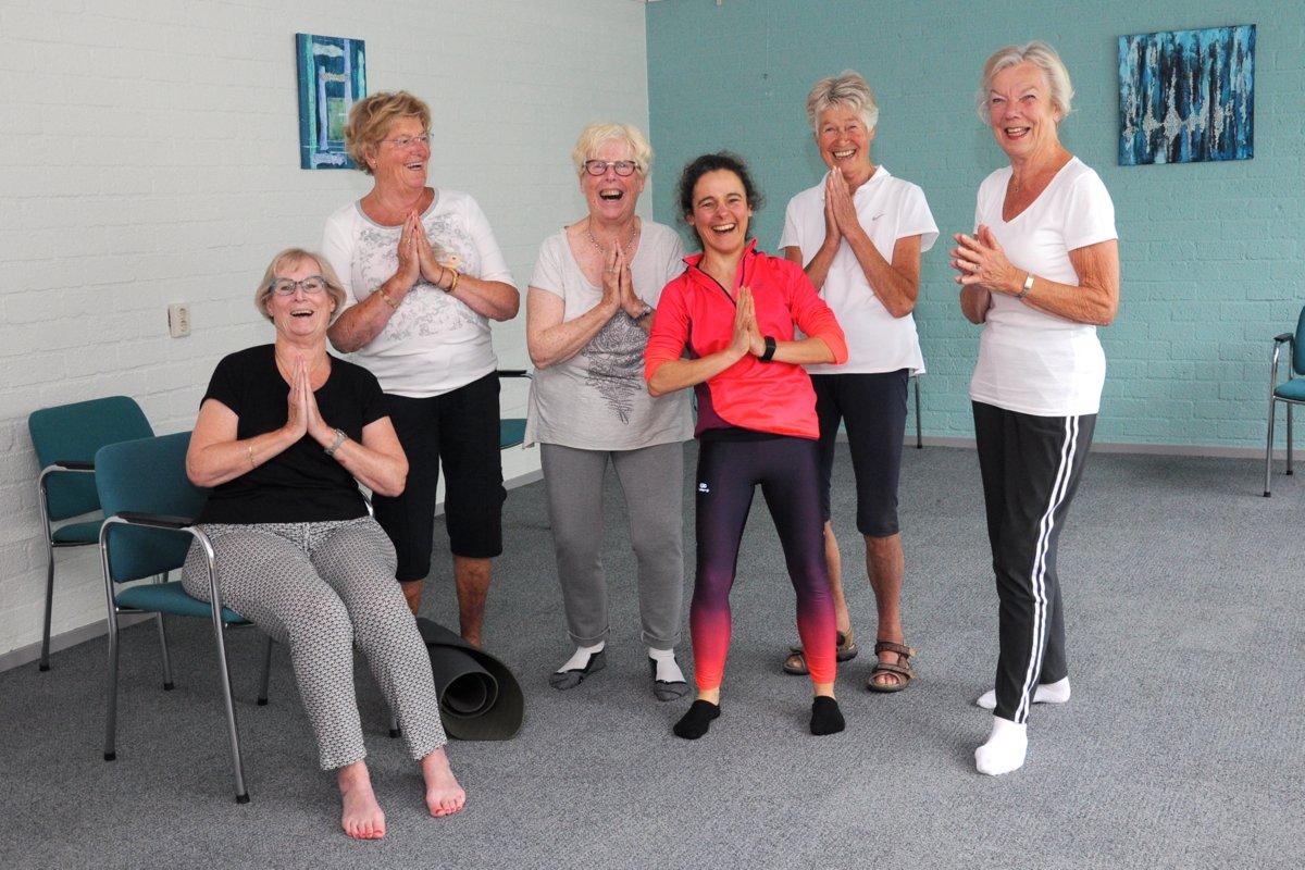 Groepsfoto Yoga voor ouderen in de Bron, Alphen aan den Rijn.
